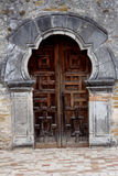 Puerta de madera de la misión Espada en San Antonio imagen de archivo libre de regalías