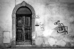 Puerta de madera de los golpeadores de una entrada de la casa Foto de archivo