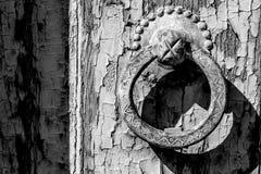 Puerta de madera de los golpeadores de una entrada de la casa Imagenes de archivo