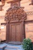 Puerta de madera de Nepal Imagen de archivo libre de regalías