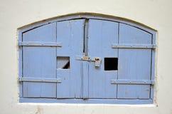 Puerta de madera de un área del sótano fotografía de archivo