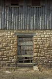 Puerta de madera del edificio histórico Fotografía de archivo libre de regalías