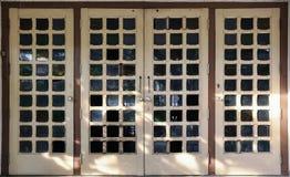 Puerta de madera del espejo Fotos de archivo