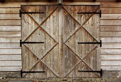 Puerta de madera del granero viejo con cuatro cruces Fotografía de archivo libre de regalías