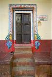 Puerta de madera del ornamento de la entrada hermosa de la casa Fotos de archivo libres de regalías