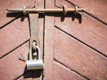 Puerta de madera del primer con la cerradura Imagenes de archivo