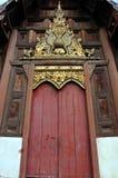 Puerta de madera del templo Fotografía de archivo