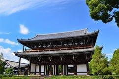 Puerta de madera del templo viejo, Kyoto Japón Imagen de archivo