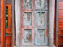 Puerta de madera del viejo vintage cerrado con el cierre fotos de archivo libres de regalías