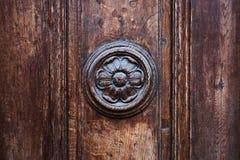 Puerta de madera del vintage con el elemento decorativo redondo de la flor fotografía de archivo libre de regalías