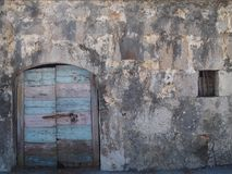 Puerta de madera del vintage con la pared texturizada de piedra fotos de archivo libres de regalías