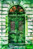 Puerta de madera elaborada del vintage con el hombre verde Imagen de archivo