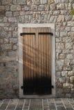 Puerta de madera en ciudad vieja en Montenegro Fotografía de archivo libre de regalías