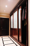 Puerta de madera en el pasillo con el guardarropa y el armario Imagenes de archivo