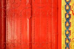 Puerta de madera en el templo Imágenes de archivo libres de regalías