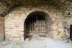 Puerta de madera en el valv de piedra Foto de archivo libre de regalías