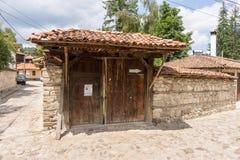 Puerta de madera en la arquitectura de piedra de Koprivshtitsa en Bulgaria Imagen de archivo libre de regalías