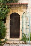 Puerta de madera en la calle de Jerusalén. Israel Fotos de archivo libres de regalías