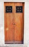 Puerta de madera en la ciudad de Como Fotos de archivo libres de regalías