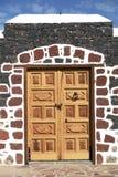 Puerta de madera en la pared de piedra colorida, islas amarillas Imagen de archivo libre de regalías
