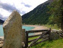 Puerta de madera en las montañas Fotos de archivo libres de regalías