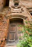 Puerta de madera en torre vieja Fotografía de archivo