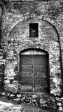 Puerta de madera en Toscana, Italia en blanco y negro Imagen de archivo libre de regalías