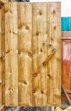 Puerta de madera en un baño rústico Fotos de archivo libres de regalías