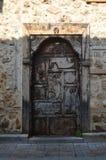 Puerta de madera en una casa construida de piedra Foto de archivo libre de regalías