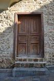 Puerta de madera en una casa construida de piedra Imagen de archivo