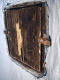 Puerta de madera en una casa vieja foto de archivo libre de regalías