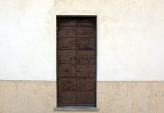 Puerta de madera en una pared Fotografía de archivo libre de regalías