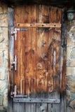 Puerta de madera en una pared de la albañilería Fotografía de archivo