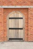 Puerta de madera en una pared de ladrillo Imagenes de archivo