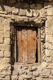 Puerta de madera en una pared de piedra fotografía de archivo