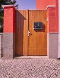 Puerta de madera, entrada elegante contemporánea de la casa foto de archivo libre de regalías
