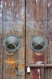 Puerta de madera envejecida con el golpeador y el bloqueo Fotos de archivo libres de regalías