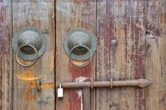 Puerta de madera envejecida del estilo tradicional chino Imagenes de archivo