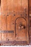 Puerta de madera fuerte llevada vieja Foto de archivo libre de regalías