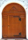 Puerta de madera grande de una iglesia fotos de archivo