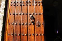 Puerta de madera Havana Cuba de la iglesia imagen de archivo