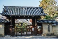 Puerta de madera de la capilla sintoísta en Kyoto imagenes de archivo