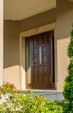 Puerta de madera a la residencia Foto de archivo