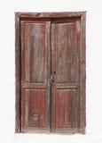 Puerta de madera marrón vieja en una fachada blanca Imagen de archivo