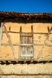 Puerta de madera medieval del granero de tierra del viejo vintage imagenes de archivo