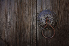 Puerta de madera oscura vieja con la manija Foto de archivo libre de regalías