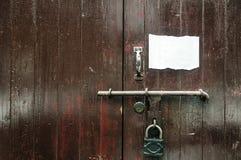 Puerta de madera pesada vieja Foto de archivo libre de regalías