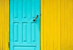 Puerta de madera pintada en el fondo de la pared Foto de archivo libre de regalías
