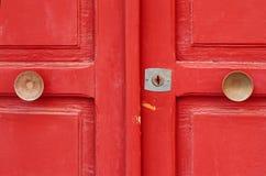 Puerta de madera pintada rojo Imagen de archivo