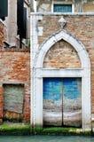Puerta de madera pintoresca vieja en el canal veneciano, Venecia Fotos de archivo